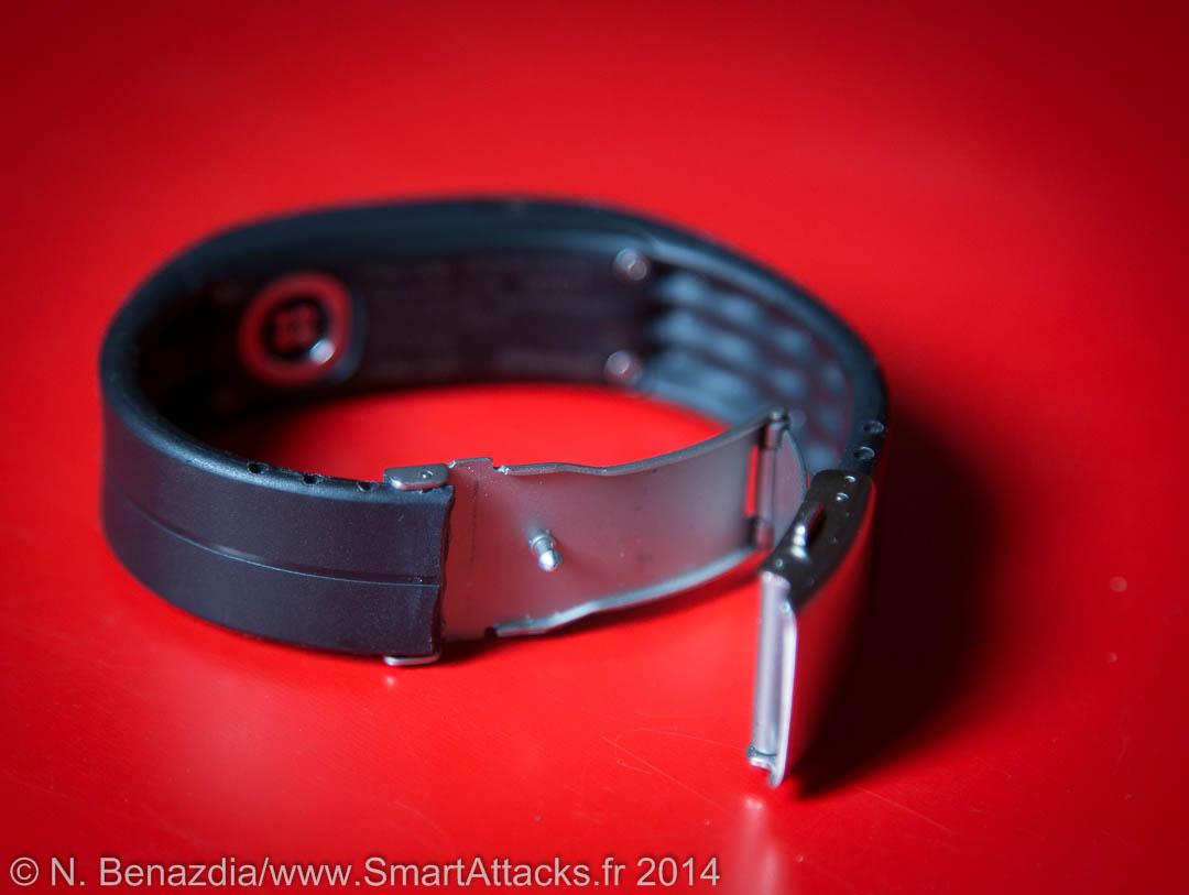 """Il faut couper le bracelet Loop de Polar pour l'ajuster. Ici, on voit bien que le précédent  """"testeur"""" a coupé le bracelet comme il a pu, et le résultat n'est pas très propre."""