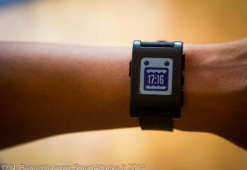 Sur le poignet, la Pebble n'est pas énorme contrairement aux autres montre connectées que nous avons pu tester.