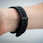 Le bracelet en silicone s'attache avec une boucle et il est rapidement inconfortable quand il fait chaud