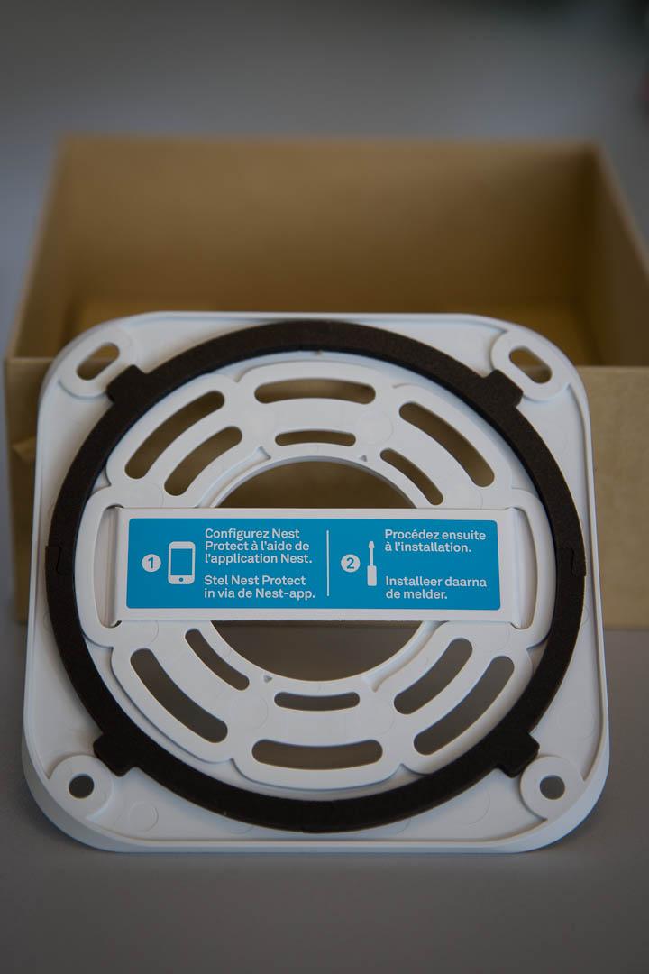 Nest protect l'installation est décrite sur le support de fixation