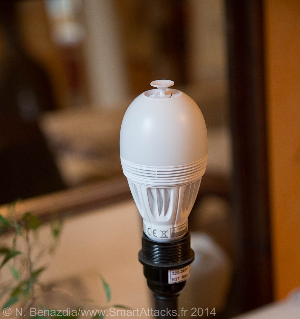 L'ampoule Awox AromaLight Color est légèrement plus haute qu'une grosse ampoule.